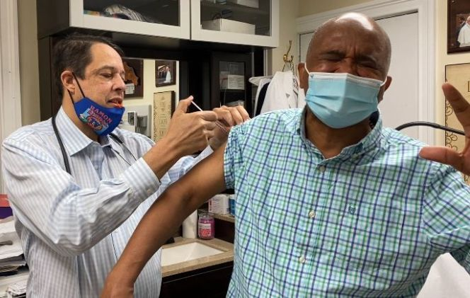 """Dr. José Goris assures that more Dominicans and Latinos are getting vaccinated against the """"Flu"""" in Washington Heights."""